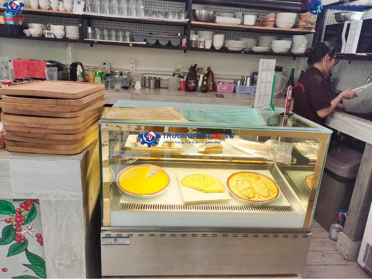 tủ bánh kem vuông trắng để bàn
